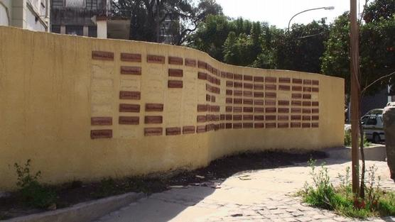 Placas destruídas del mural de la ex-Jefatura
